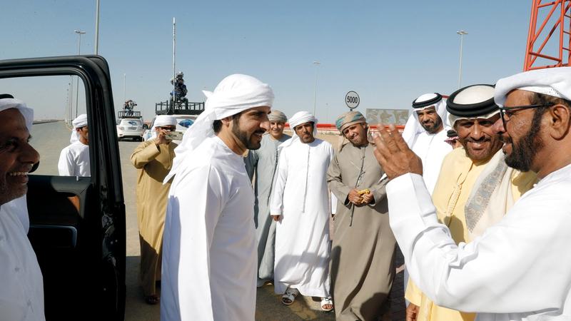 حمدان بن محمد خلال حضوره سباق الهجن أمس. من المصدر