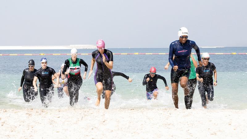 سباحة وجري وركوب دراجات هوائية يضمها السباق. من المصدر