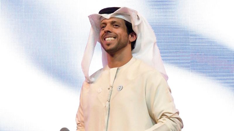 النجم الإماراتي حمد العامري يتألق على المسرح الرئيس للقرية العالمية.