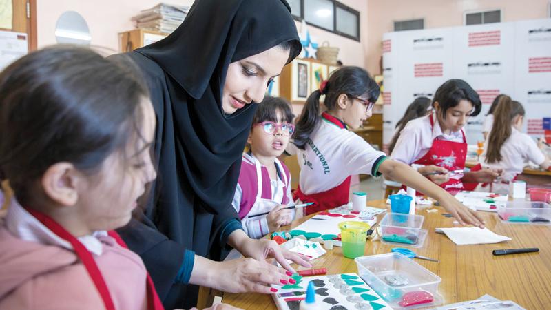 الفنانة الإماراتية سارة بن هندي أشرفت على الورشتين. من المصدر