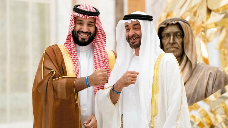محمد بن زايد خلال استقباله محمد بن سلمان وهما يرتديان سوارين يحملان شعار «إكسبو 2020 دبي». وام