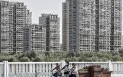 الصورة: مُلاك عقار في الصين يفاجأون بـ «بحيرة وهمية» وأرصفة طينية