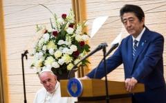 الصورة: رئيس الوزراء الياباني يعدم وثائق خوفاً من افتضاح قائمة مدعوين لحفل