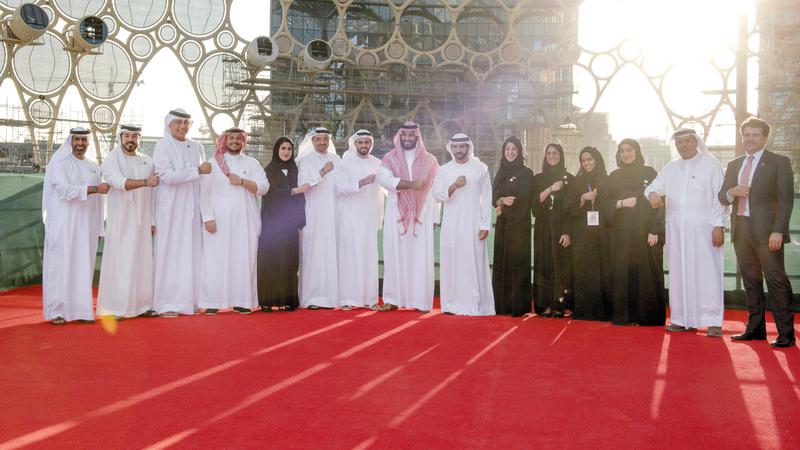 حمدان بن محمد ومحمد بن سلمان في موقع «إكسبو 2020 دبي» وهما يرتديان سوارين يحملان شعار المعرض.  وام