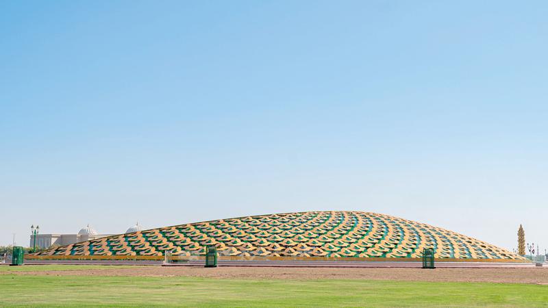 المبنى يمتاز بتصميمه الفريد على شكل هلال مزخرف باللونين الذهبي والأخضر.  وام