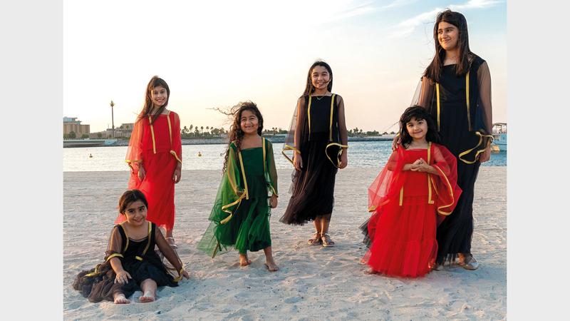 المصممة الإماراتية فريال البستكي اختارت مجموعة عميقة في رموزها وبسيطة في فكرتها في مجموعتها لليوم الوطني الخاصة بالأطفال.  من المصدر