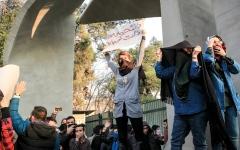 الصورة: النظام الإيراني يقمع التظاهرات.. رغم تكرارها
