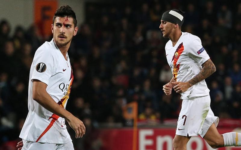 الصورة: بالفيديو الصور.. نزيف دماء في اعتداء جماهير اسطنبول على لاعب روما