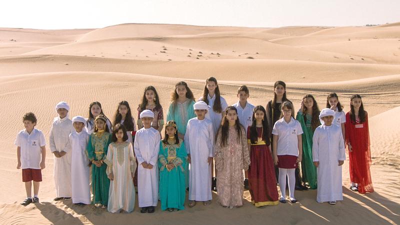 طلاب من مدارس إماراتية هتفوا بالنشيد الوطني الإماراتي في صحراء دبي.  من المصدر