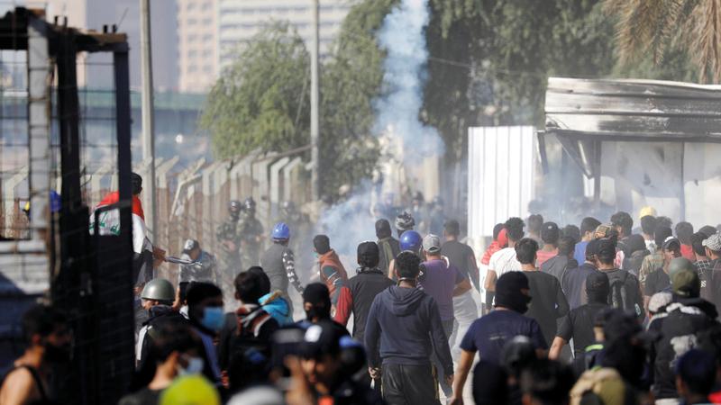محتجون عراقيون خلال المواجهات مع قوات الأمن في بغداد. رويترز