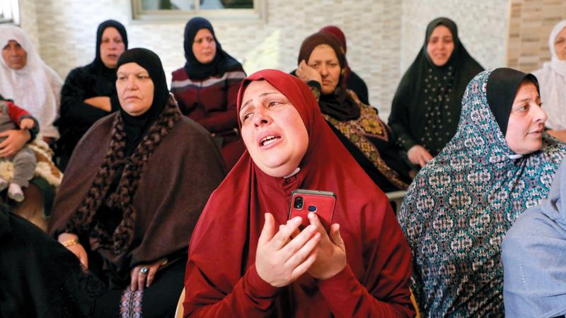 والدة الشهيد الفتى بدوي مسالمة تبكي خلال تشييعه في بيت عوا جنوب الخليل. أ.ف.ب