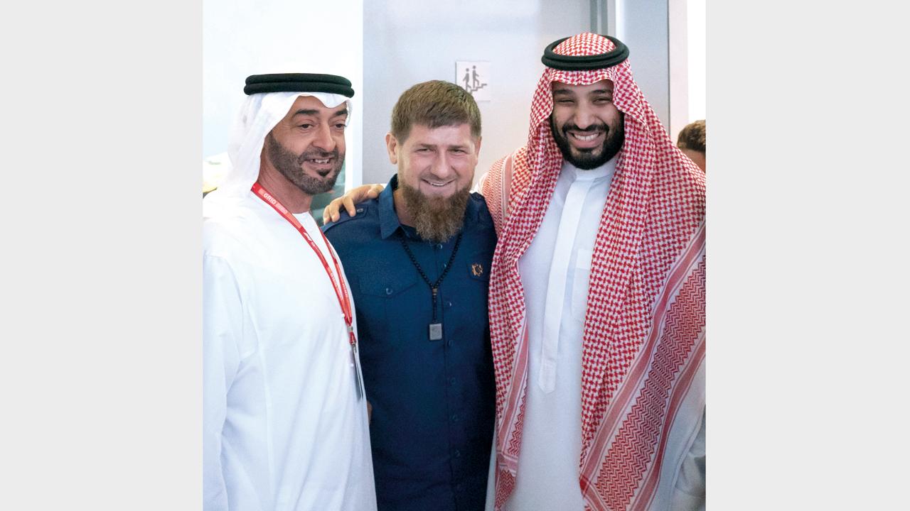 محمد بن زايد ومحمد بن سلمان يرافقهما قاديروف خلال حضورهم منافسات جائزة «الاتحاد للفورمولا 1».وام