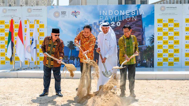 الوفد الإندونيسي خلال وضع حجر الأساس في جناح إندونيسيا.  من المصدر