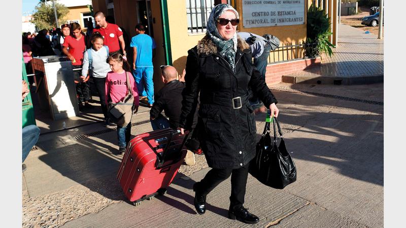 لاجئون سوريون لحظة وصولهم إلى الأراضي الإسبانية طلباً للجوء.  أ.ف.ب