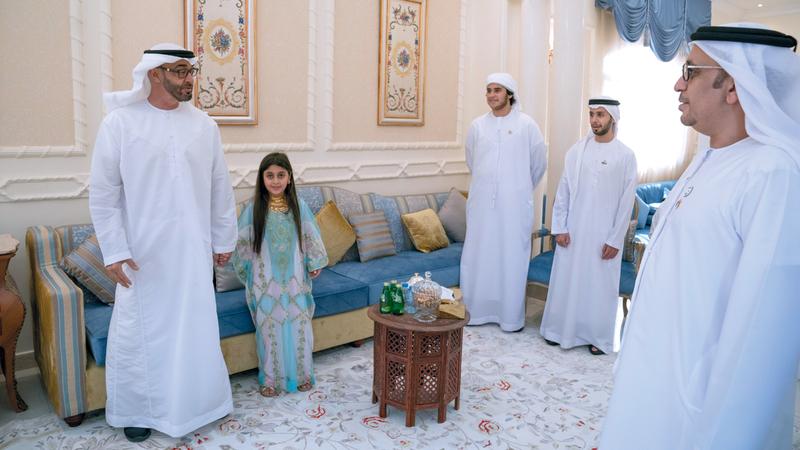 محمد بن زايد تبادل وأفراد أسرة المزروعي الأحاديث الودية والتهاني بمناسبة اليوم الوطني. وام