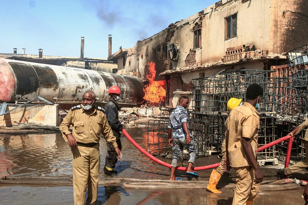محاولة إخماد حريق مصنع السيراميك في الخرطوم- أ. ف. ب
