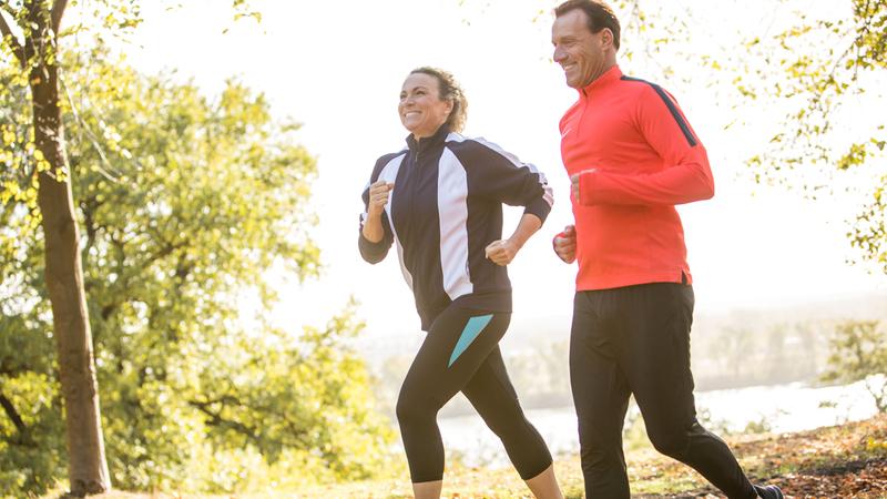 البروتين يؤثر إيجابياً في نمو العضلات إذا ما تم تناوله قبل فترة وجيزة أو بعد ساعتين على الأكثر من الرياضة. د.ب.أ
