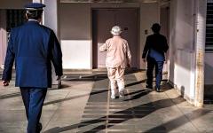 الصورة: يابانيون مسنّون يدخلون السجن بحثاً عن العطف والحنان