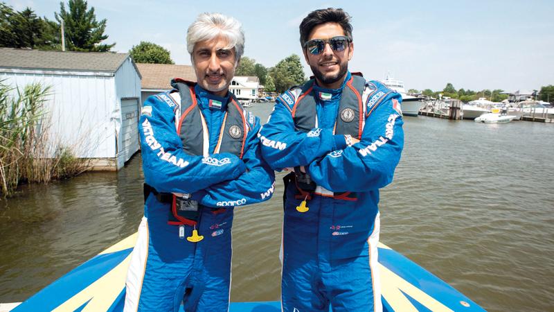 عيسى آل علي مع زميله سالم العديدي توّجا بلقب العالم لزوارق «الفورمولا 1» في أكتوبر الماضي. من المصدر