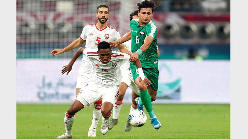 المدافع خليفة الحمادي في صراع على الكرة مع العراقي إبراهيم بايش. رويترز