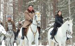 الصورة: الرئيس الكوري الشمالي «يستشير» جبل بايكتو المقدّس