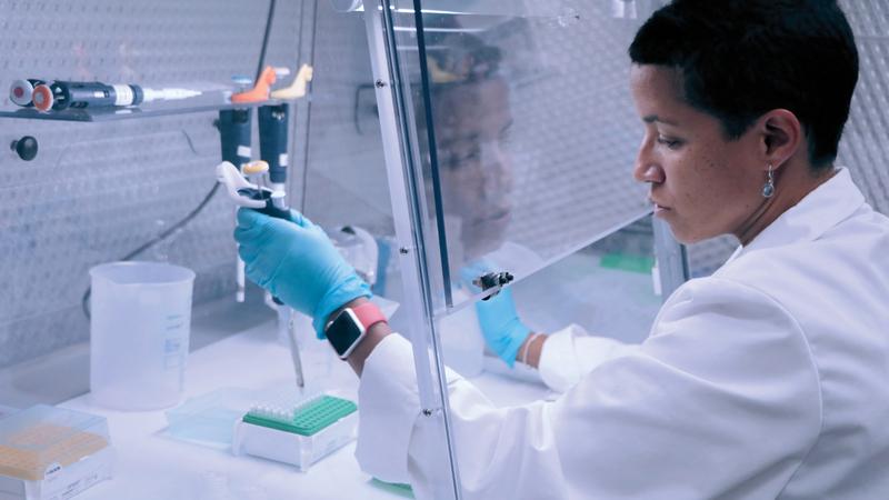 إيفون فاليس الباحث الرئيس في الدراسة وأستاذ علم الوراثة. من المصدر