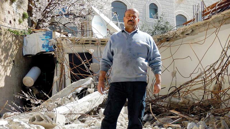 مصطفى صبح اضطر لهدم منزله بيده. من المصدر