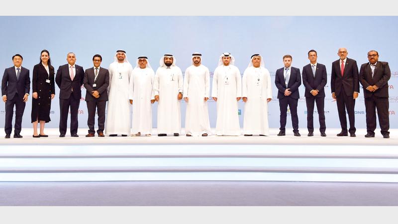 حمدان بن محمد أثناء تكريم إحدى الجهات الفائزة في حفل ختام منتدى دبي العالمي لإدارة المشاريع. وام