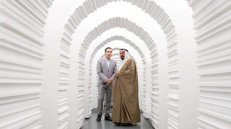 حاكم الشارقة تجوّل في المعارض التي ضمت مجموعة من الأعمال التشكيلية والتركيبية والنحتية والجداريات. الإمارات اليوم