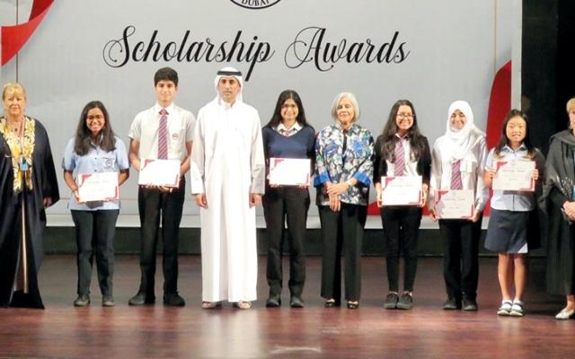 الصورة: محمد الحبتور يكرِّم طلاب مدرسة الإمارات الدولية