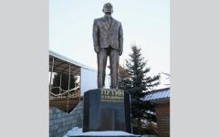 الصورة: رجل أعمال يرد الجميل لبوتين بإقامة تمثال له