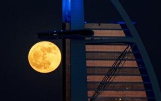 الصورة: بالصور.. القمر يلامس قمة برج العرب