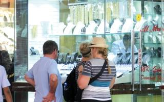 الصورة: تجار: مبيعات السائحين تدعم الطلب على المشغولات الذهبية