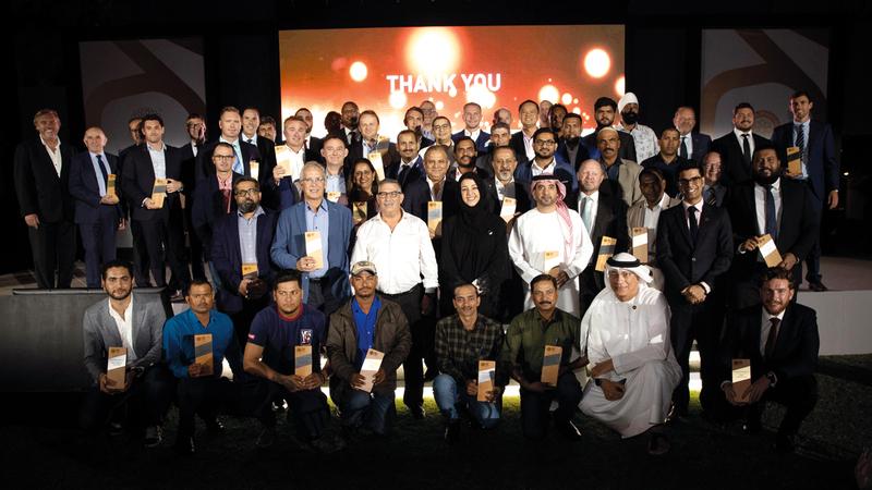 الهاشمي تتوسط الفائزين بجوائز «معاً أفضل 2019». من المصدر