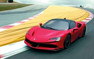 الصورة: «فيراري إس إف 90 سترادالي» في أسواق الإمارات بسعر يبدأ من 1.9 مليون درهم