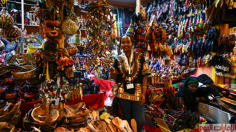 تحتضن دبي من أكتوبر الى ابريل من كل عام فعاليات القرية العالمية والتي تعرض أكثر من 65 دولة منتجاتها المحلية في 30 جناح.
