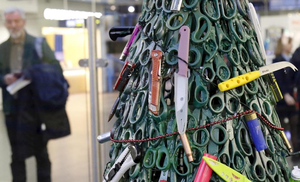 شجرة الكريسماس في مطار فيلنيوس بليتوانيا. (إي. بي. إيه)