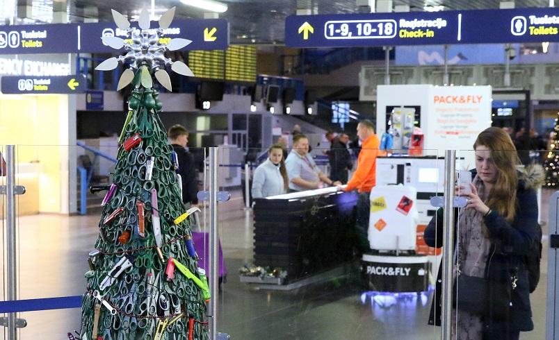 شجرة الكريسماس في مطار فيلنيوس بليتوانيا. (أ. ف. ب)