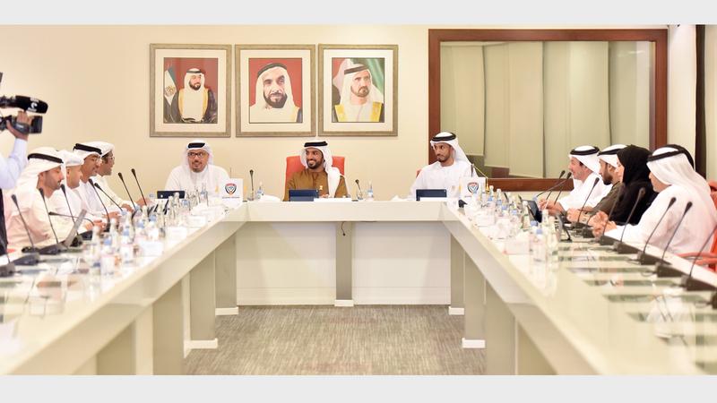 راشد بن حميد خلال ترؤسه الاجتماع الأول للجنة الانتقالية لإدارة اتحاد الكرة. من المصدر