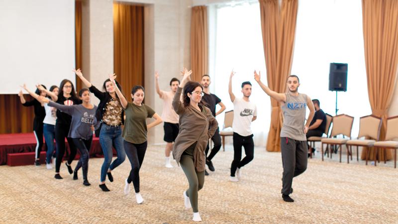 الفرقة الراقصة التي سترافق فرقة الغناء معظمهم جاؤوا من السويد، وهم من الجيل الشاب في الفرقة.  تصوير : أحمد عرديتي