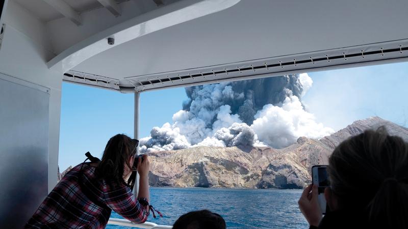 حمم البركان هدّدت حياة كثير من السيّاح.  أ.ب