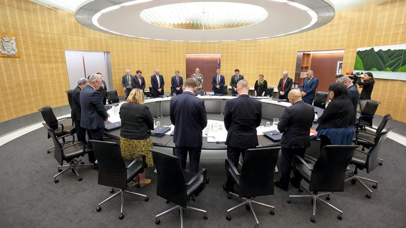أعضاء حكومة نيوزيلندا يقفون دقيقة صمت على أرواح ضحايا البركان.  أ.ب
