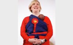 الصورة: نائبتان بريطانيتان تعلقان طفليهما على صدريهما أثناء أداء اليمين