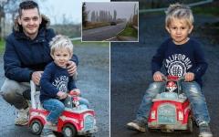 الصورة: طفل يستخدم شاحنته البلاستيكية لجلب المساعدة لوالده