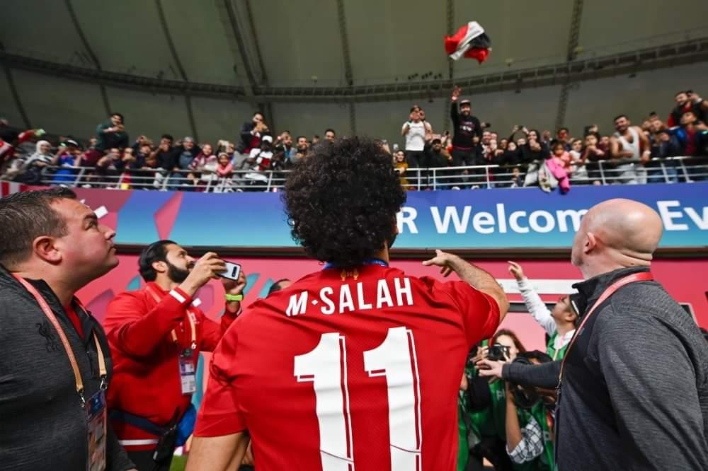 محمد صلاح يطلب علم مصر من الجمهور المصري الحاضر في المباراة