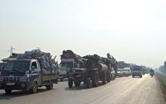 الصورة: الجيش السوري يواصل تقدمه في إدلب.. واستمرار نزوح الآلاف