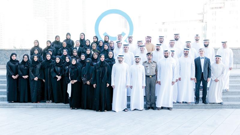 حمدان بن محمد في لقطة جماعية مع مسؤولي «دبي الذكية». وام