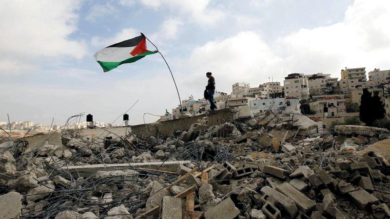 إسرائيل تهدم المنازل بذريعة عدم الترخيص في العيساوية التي تعاني نقص مساحات البناء. من المصدر
