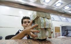 الصورة: «المركزي» اليمني يحذّر من استيلاء الحوثيين على أموال الشعب