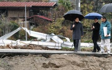 الصورة: إمبراطور اليابان وقرينته يتفقدان متضرري إعصار «هاغيبيس»